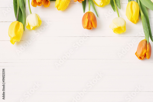 Fotobehang Tulp yellow tulips on wooden background