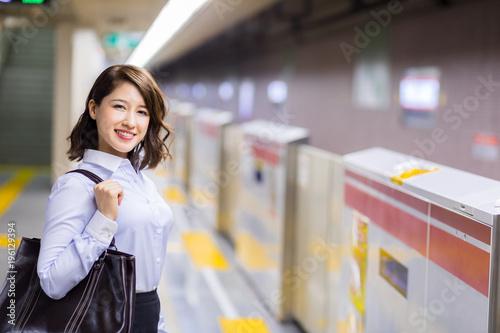 地下鉄ホームの女性