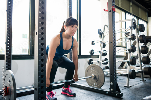 Leinwand Poster Woman doing deadlift in the smith machine