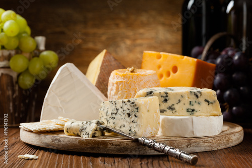 Mix cheese on wooden board. Canvas-taulu