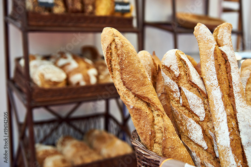 Photo sur Aluminium Boulangerie Bread baguettes in basket at baking shop