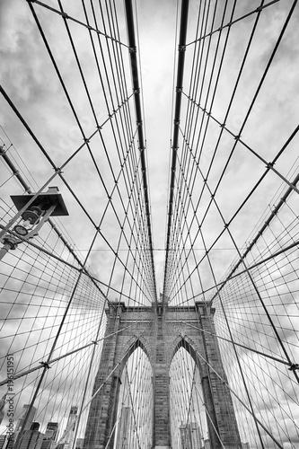Naklejka premium Patrząc na Brooklyn Bridge, Nowy Jork, USA.