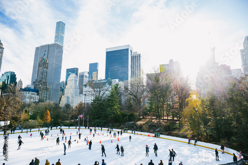 Central Park in New York City Wollman Rink im Winter mit starker Sonne