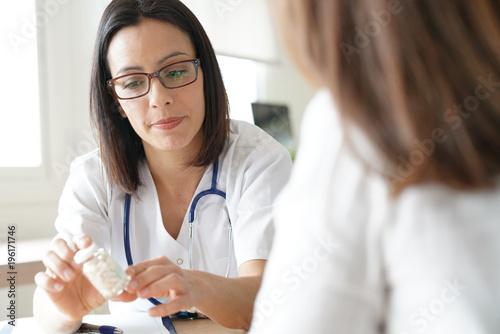 Fotografia  Doctor prescribing medication to patient