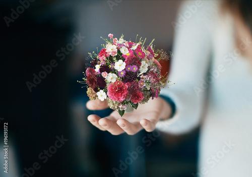 Photo Mazzo di fiori in mano, primavera