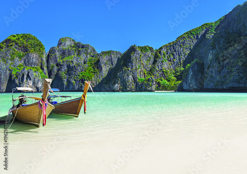 Cadres-photo bureau Lieu connus d Asie Maya Bay beach with two longtail boats, Ko Phi Phi Leh Island, Thailand