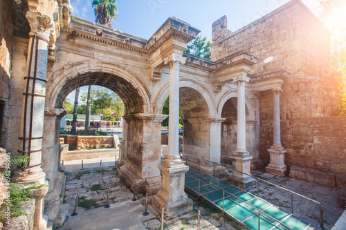 Photo Hadrian's Gate in old city of Antalya