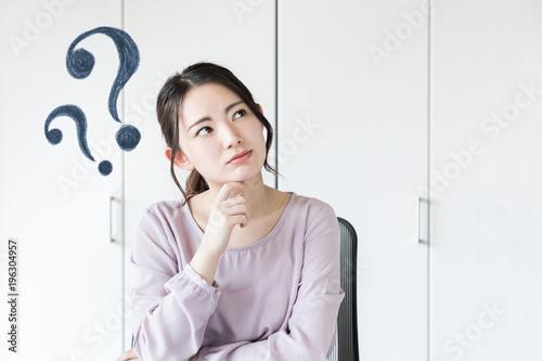 Obraz 疑問を持つ女性 - fototapety do salonu