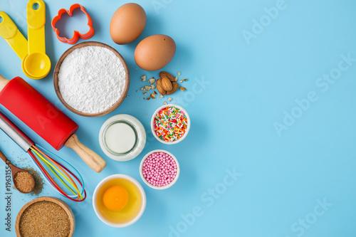 Fotografía  Baking cake on blue background