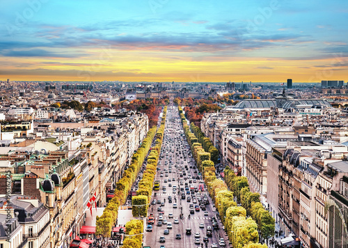 Foto auf AluDibond Paris Paris, France - Champs Elysees cityscape. View from Arc de Triomphe. Sunset sky with clouds in autumn.