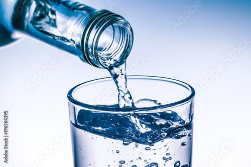 Fotografie, Obraz  Glas wird mit frischem Wasser befüllt