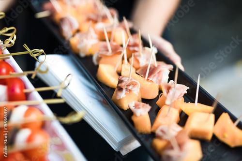 Fotografie, Obraz  Prosciutto mit Melone auf Tablet von einem Catering