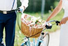 Blumen In Fahrradkorb Bei Einem Spaziergang Eines Pärchens
