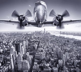 Fototapeta Nowy Jork - historic aircraft in the sky over manhattan