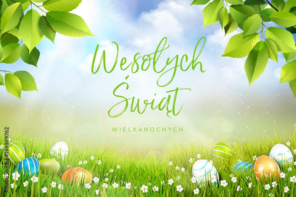 Fototapeta Życzenia wielkanocne, wesołych świat wielkanocnych w języku polskim, wiosenna łąka z przepięknym tłem i leżącymi jajkami wielkanocnymi w trawie