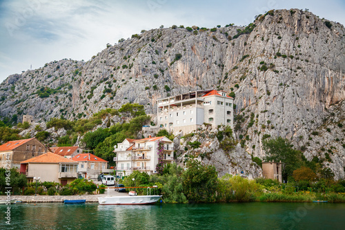 In de dag Stad aan het water outskirts of the small town Omis