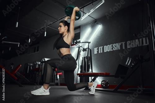 mloda-sportsmenka-podnosi-ciezary-w-gym