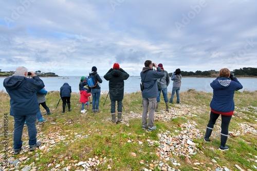 Photo  Groupe de personnes en train d'observer des oiseaux lors d'une sortie ornitholog