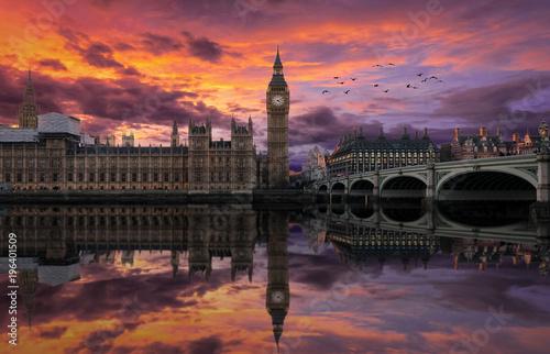 Fotomural  Dramatischer Sonnenuntergang über Westminster und dem Big Ben in London, England