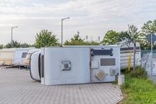Sturmschaden: Umgekipptes Wohnmobil