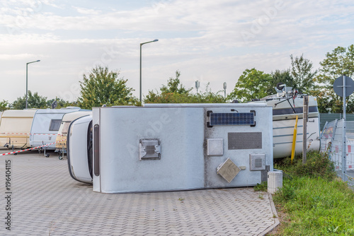 Fotografía  Sturmschaden: umgekipptes Wohnmobil