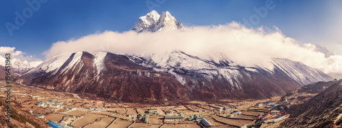 Photo  Dingboche mountain village in Imja Khola river valley and view of Ama Dablam mount at sunset in the clouds