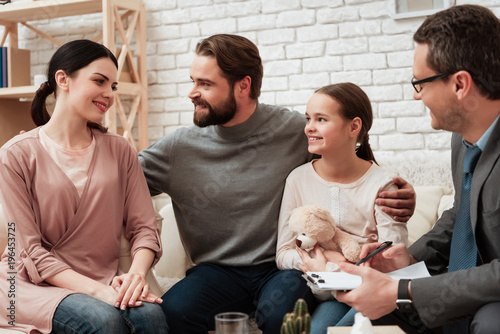 Szczęśliwa trzyosobowa rodzina rozmawia z psychologiem. Koncepcja psychoterapii rodzinnej.