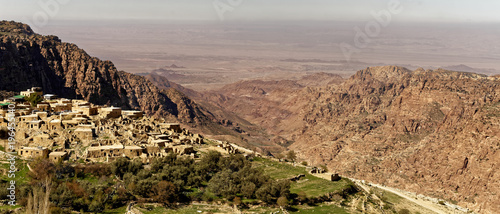 Carta da parati The village of Dana on the edge of the Dana Reserve, a deep valley cut in the so
