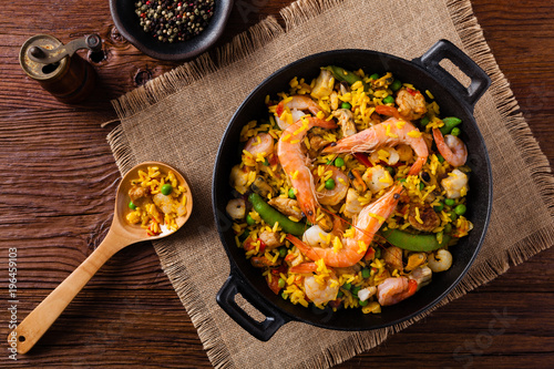 Staande foto Klaar gerecht Traditional Spanish paella with seafood and chicken.