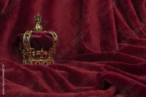 Royal crown on a red velvet background Fototapete