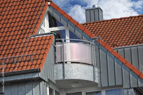 Moderner Metall Balkon Integriert In Ein Ziegeldach Mit Rostfreier