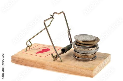 Fotomural Pile de pièces de monnaies posées sur un piège à souris