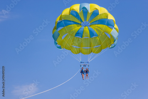 Foto op Plexiglas Luchtsport Two girls on the parasailing