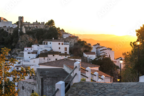 Fotografía  the road to the old city which is the mountain to the sunset