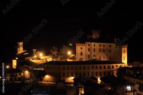 Fotobehang Volle maan Il centro storico di Barolo di sera