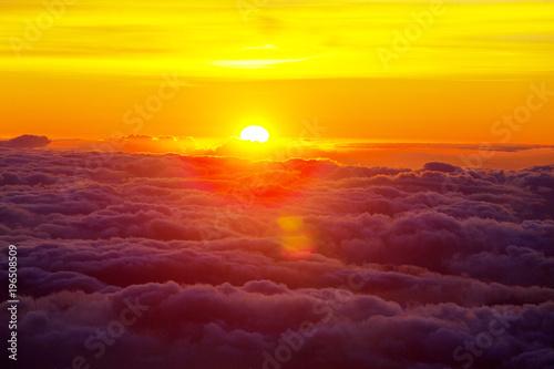 Montage in der Fensternische Gelb Above clouds