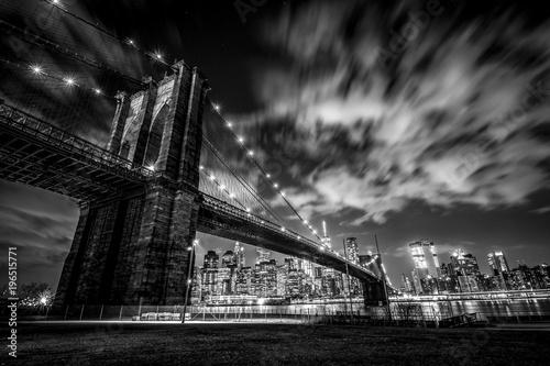 Plakat Pod mostem Brooklyńskim na nowojorskim tle (B & W)