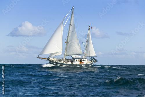 Foto auf AluDibond Schiff Segelyacht auf hoher See im schweren Seegang
