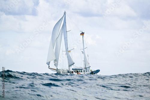 Fotobehang Art Studio Segelyacht auf hoher See im schweren Seegang