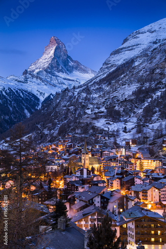 Photo The world-famous Matterhorn glows in the early morning above the Swiss village of Zermatt, as the sun prepares to rise over the Alps