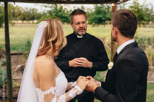 Fotografía  Priest marries a couple in lovely ceremony