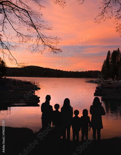 Plakat Family looking out at Lake Arrowhead, California, USA