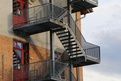 Deurstickers Trappen external staircase, Außentreppe an einem Gebäude, Stahltreppe