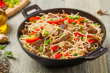 FototapetaChinese pasta with beef. Prepared in wok.