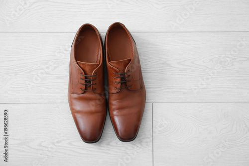 Photo  Elegant male shoes on wooden floor