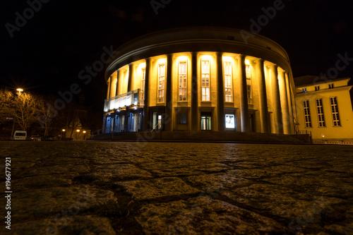 In de dag Theater Theater in Saarbrücken bei Nacht