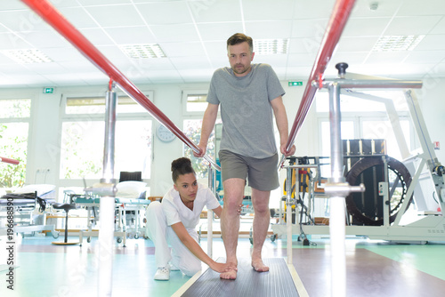 Fotomural  patient doing physical therapy