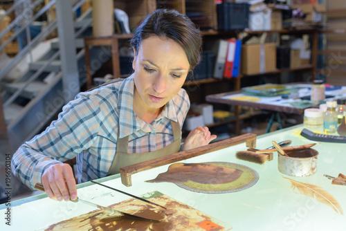 Photo Female artist restoring picture