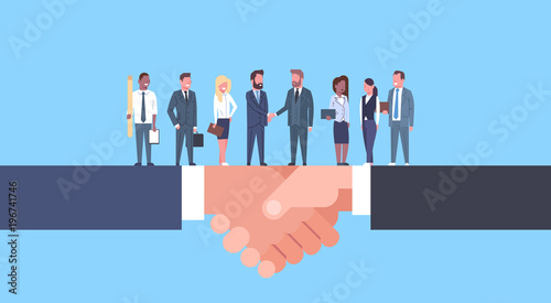 Photo Two Businessmen Shaking Hands With Team Of Businesspeople, Business Agreement An