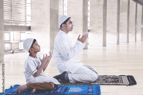 Fotografía  Muslim father and son praying together